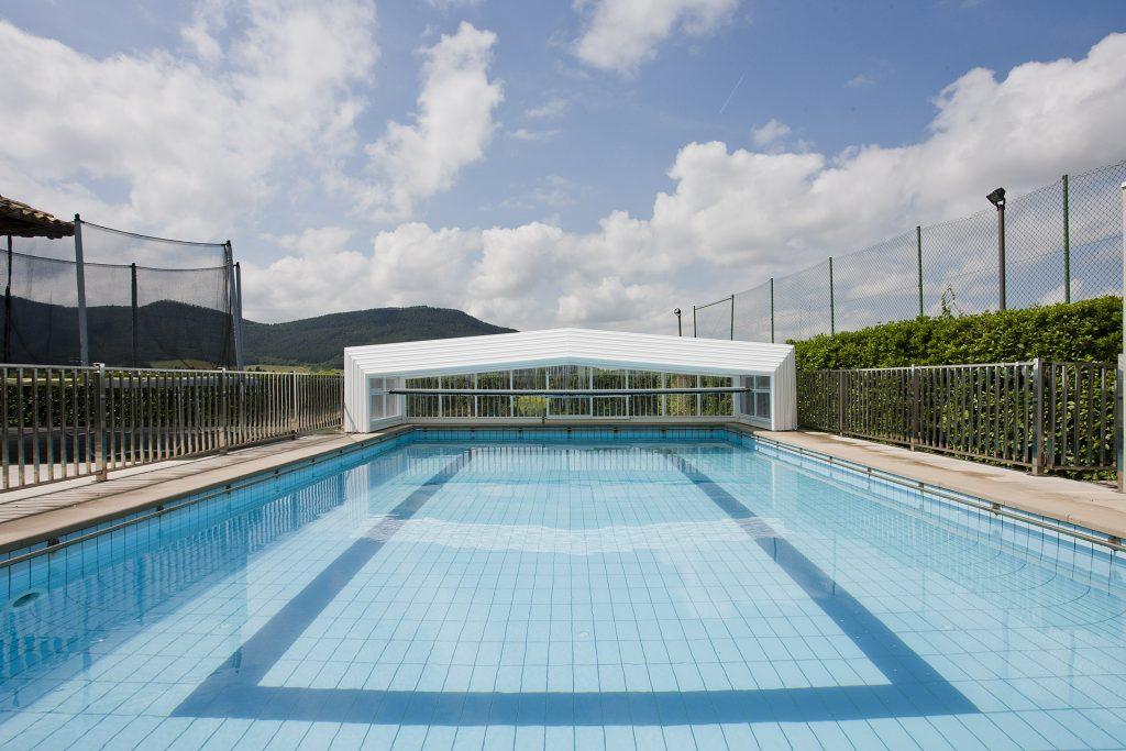 piscina de obra con cubierta